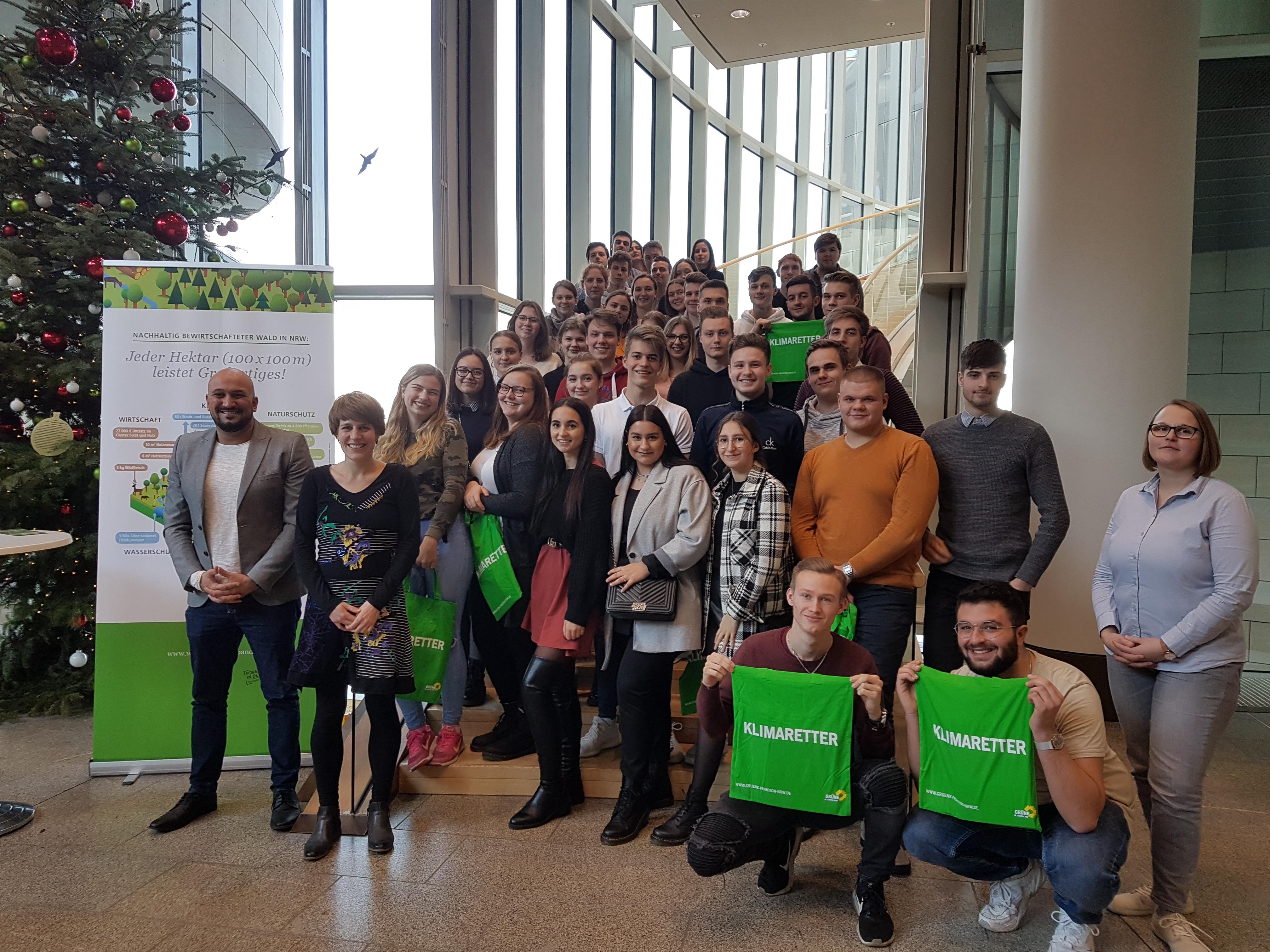 Schülerinnen und Schüler der Hardenstein besuchen Verena Schäffer im Landtag